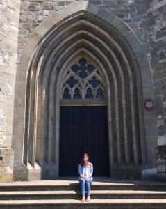 Rebecca auf den Treppen der deutschen Kirche